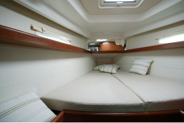 Beneteau_Oceanis_40_sail_boat_rent_charter_in_Greece_front_cabin