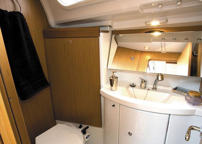 Sun Odyssey 39i Bathroom